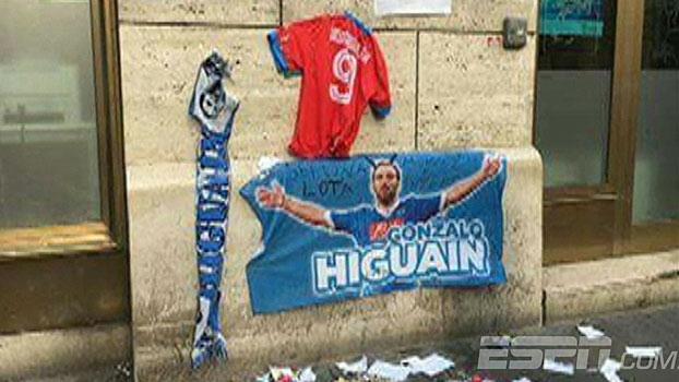 Veja os protestos da torcida do Napoli com a ida de Higuaín à Juventus