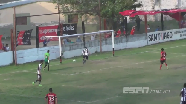 Goleiro tenta fazer graça e faz lambança bizarra na quarta divisão do Campeonato Argentino