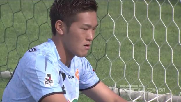 No Japão, goleiro faz lambança incrível e leva gol contra