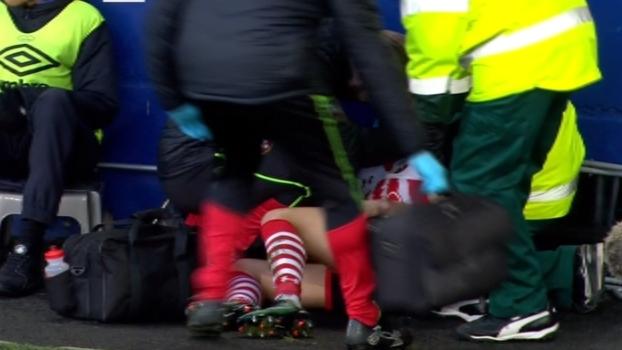 Cédric Soares escorrega, bate cabeça em escada e sai de campo com corte