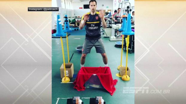 Petr Cech treina velocidade de reação com bolinhas de ping-pong e cones