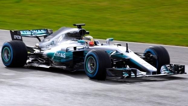 Hamilton estreia, na pista, novo carro da Mercedes para 2017