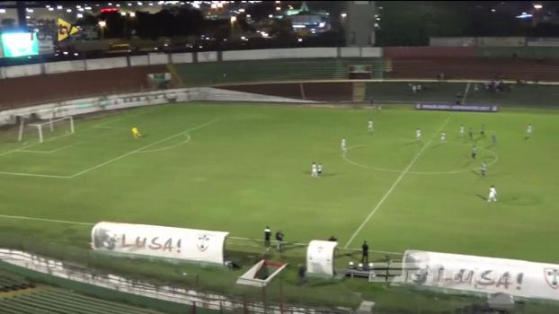 Em campeonato de aspirantes, jogador do Santos faz gol do meio de campo no Canindé