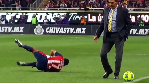 No México, técnico argentino invade campo, derruba jogador rival e alega que foi na bola