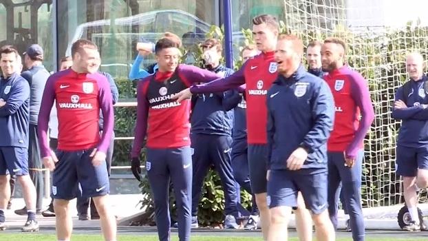 Que molejo! Lingard e Redmond dançam durante treinamento da Inglaterra