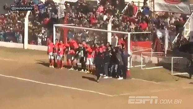 Nem assim! Em partida beneficente, Dybala anota gol de falta com 'multidão' de goleiros