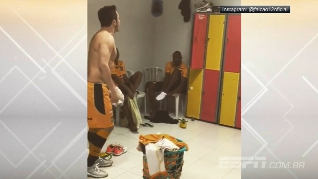 Incrível! No vestiário, Falcão dá carretilha e guarda chuteira de companheiro de time