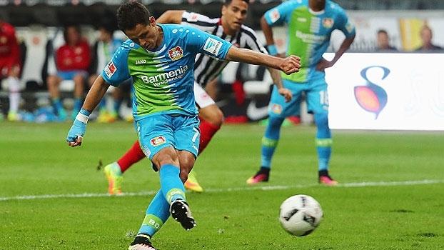 Chicharito marca, mas perde pênalti, atrapalha companheiro e Leverkusen cai para o Frankfurt