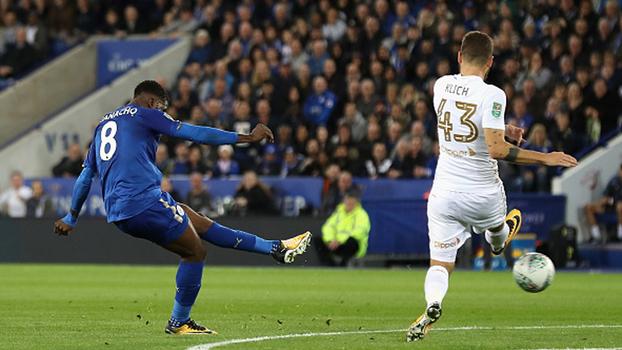 Jovem ex-City faz gol, dá assistência e comanda classificação do Leicester na Copa da Liga