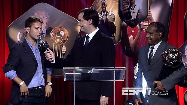 Bola de Prata: Éverton Ribeiro recebe a Bola de Ouro de melhor jogador do Brasileiro de 2013