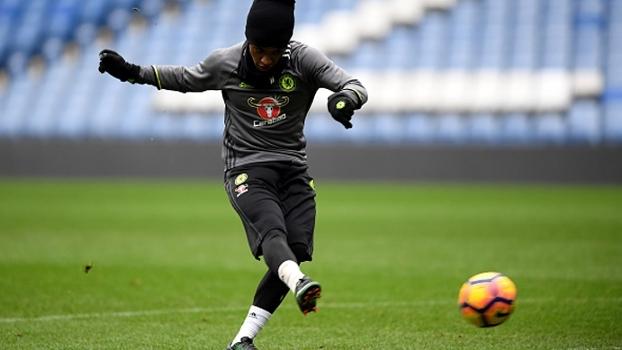 Willian faz golaços com os dois pés em treinamento do Chelsea
