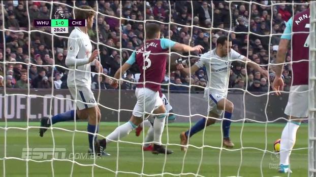 Blitz do Chelsea! Chute de Kanté, escanteio e finalização de Zappacosta, mas Adrián salva o West Ham