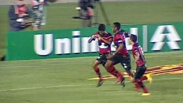 No Maracanã, gol de Léo Moura decidiu Fluminense x Flamengo de 2008; reveja