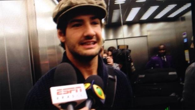 Pato chega a Londres, fala em sonho realizado e se diz ansioso para jogar pelo Chelsea