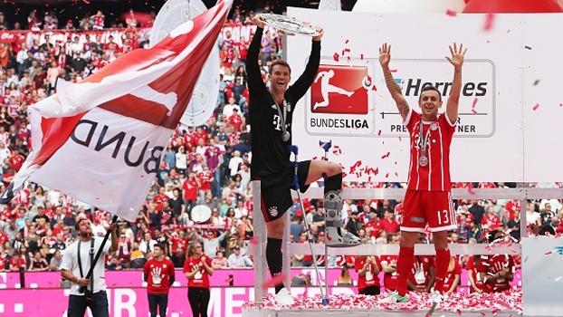 De muletas, Manuel Neuer marca presença em comemoração do Bayern