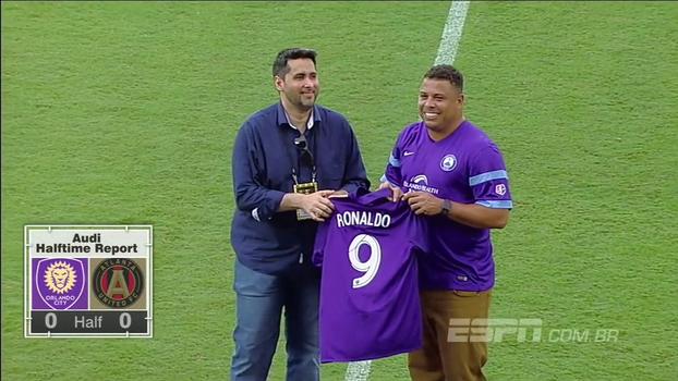 Nos EUA, Ronaldo é homenageado e recebe camisa do Orlando City com número e nome