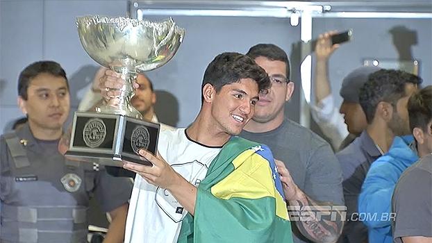 Medina chega ao Brasil com tumulto, e padrasto revela: pagará três promessas