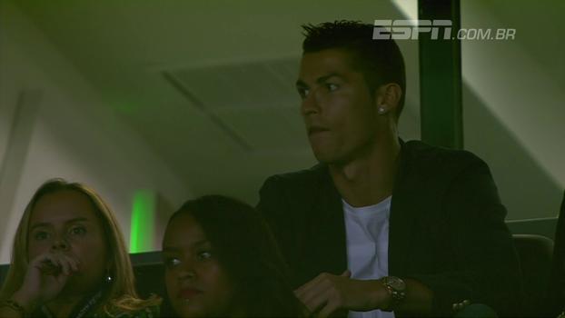 Cristiano Ronaldo assiste ao jogo do Sporting ao lado de Fernando Santos, técnico de Portugal