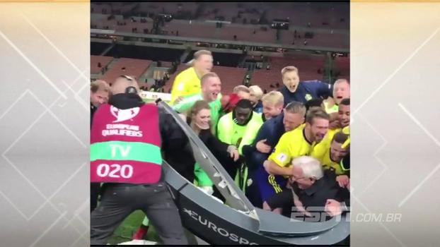 Jogadores da Suécia invadem programa dentro de campo e quebram bancada comemorando vaga na Copa