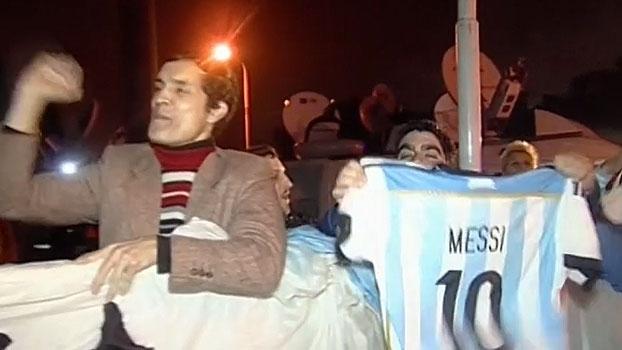 No desembarque em Buenos Aires, torcida argentina pede permanência de Messi e Mascherano