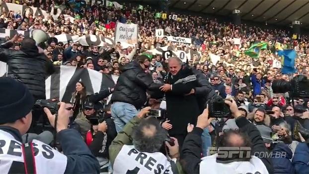 De arrepiar! Após homenagem do clube, torcida da Udinese grita o nome de Zico ao lado do ídolo