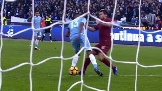 Wallace erra drible na grande área, Strootman desarma a marca para a Roma
