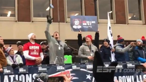 Na festa dos Patriots, Gronkowski consegue recepção com uma mão... de latinha de cerveja