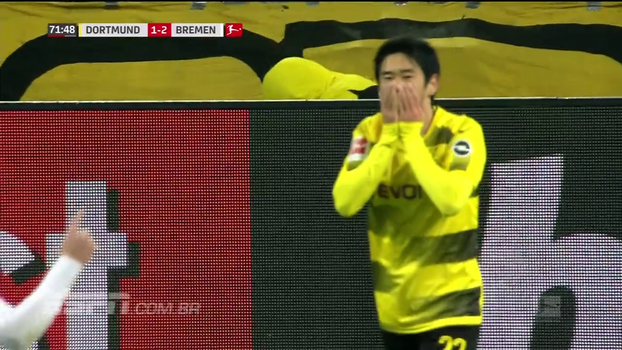 Não é possível! Sem goleiro, Kagawa arremata nas costas de Aubameyang e perde gol feito