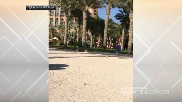 Muita habilidade! Curtindo folga, Arturo Vidal 'tabela' com quina e encaçapa bola