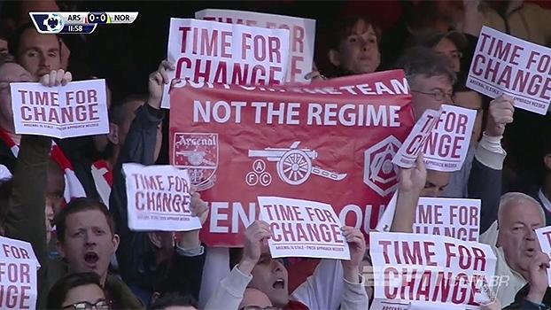 Torcida do Arsenal protesta e pede saída do técnico Arsène Wenger