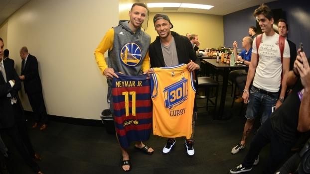 Neymar cumprimenta Varejão em quadra e dá camisas do Barcelona para jogadores dos Warriors