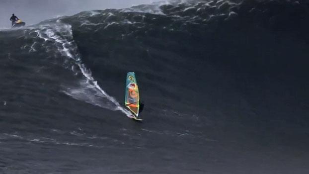Australiano desafia onda impressionante de 13 metros em Portugal e sonha mais alto