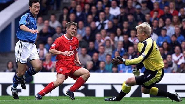 Em 2002, Owen fez hat-trick em 'Schmeichel pai' e Liverpool venceu Manchester City fora de casa
