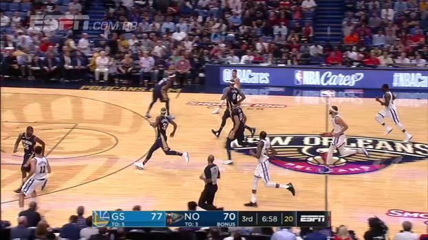 Após turnover de Curry, Kevin Durant se recupera e manda toco 'abduzindo' a bola