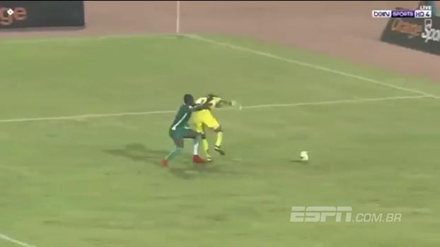 Goleirão de Cabo Verde tenta girar sobre o atacante e o resultado não é dos melhores