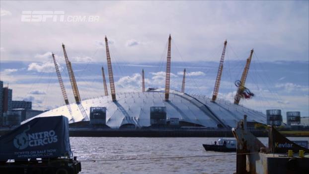 Que show! Travis Pastrana dá backflip para pular de uma balsa para outra em Londres