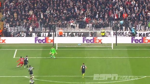 Tempo real: INCRÍVEL! Lacazette carrega sozinho e perde gol da classificação no fim