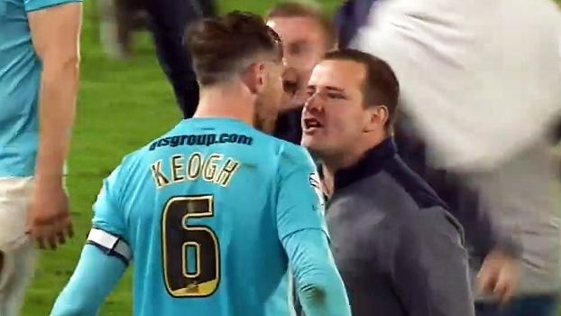 Torcida do Hull City invade campo para comemorar final e tirar onda de jogadores do Derby