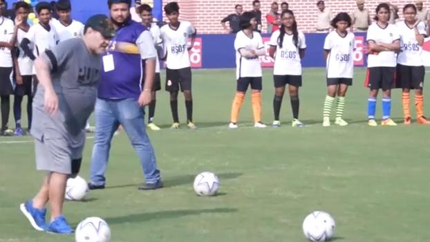 Diego Maradona dá aula de futebol para jovens na Índia