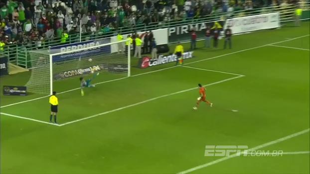 Goleiro ex-Figueirense faz gol decisivo nos pênaltis e Querétaro elimina León na Copa do México