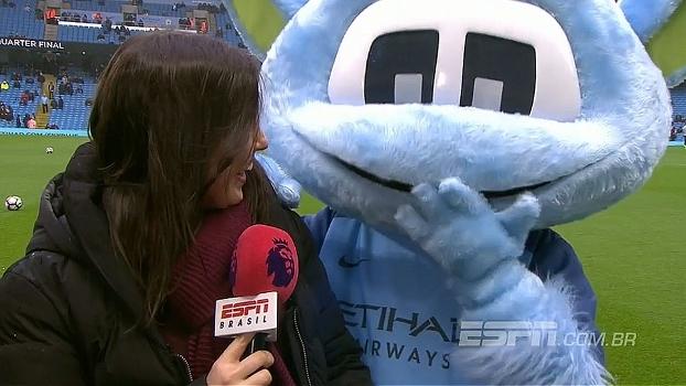 Antes da partida entre City e Liverpool, mascote brinca com Natalie Gedra