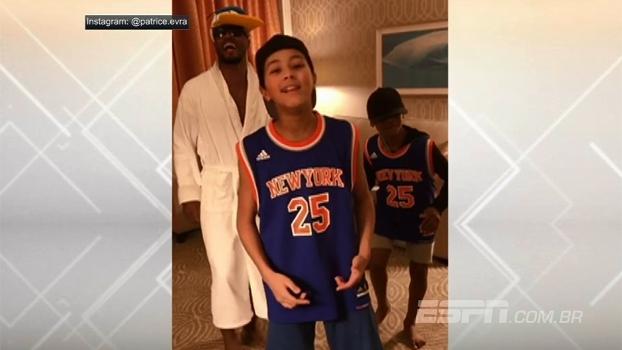 Ao lado dos filhos e usando boné do Pato Donald, Evra canta rap no Instagram