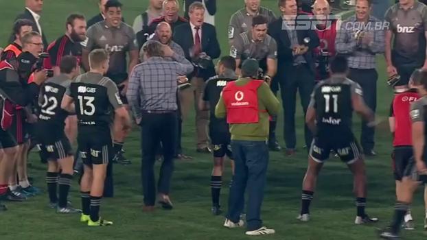 Técnico comemora título do Super Rugby com dança incrível