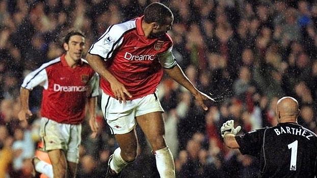 Com dois de Henry e um golaço de Ljungberg, Arsenal virou sobre  Manchester United de Beckham, em 2001