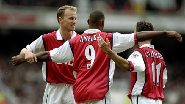 Em 1998, Arsenal venceu Newcastle com gols de Bergkamp e Anelka no Highbury; relembre