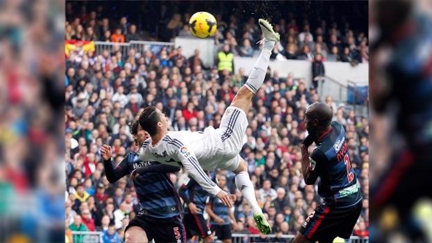 Cristiano Ronaldo recebeu Bola de Ouro, deu bicicleta, fez golaço e Real Madrid venceu Granada em 2014