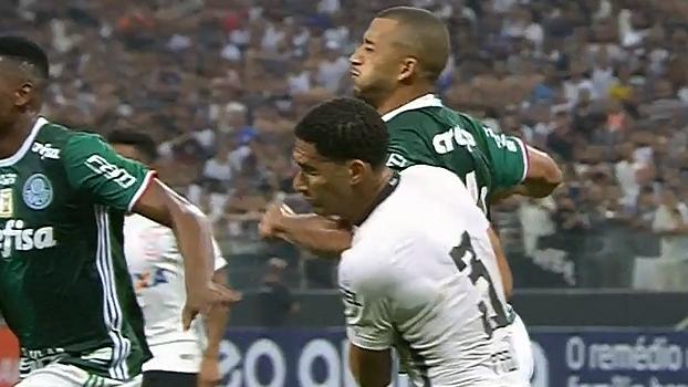 Vitor Hugo dá cotovelada em Pablo nos minutos finais de Corinthians x Palmeiras