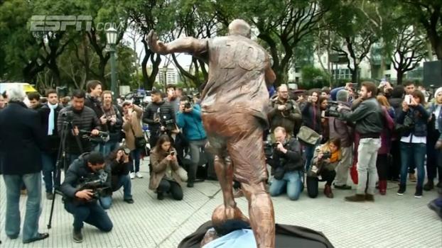 Estátua de Lionel Messi é alvo de vandalismo em Buenos Aires; veja como ficou