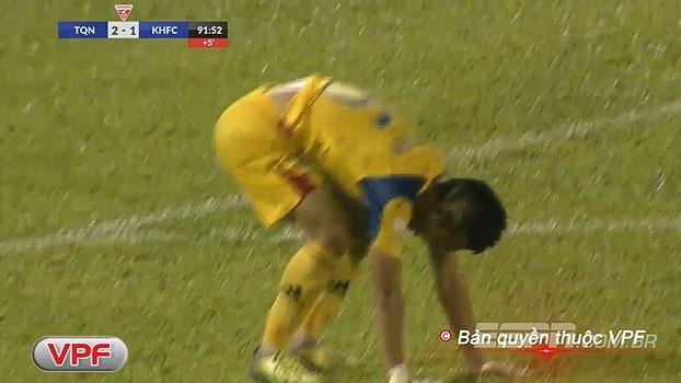 Que pintura! Zagueiro acerta chutaço e anota gol contra no último minuto no Vietnã