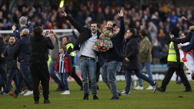 Torcida do Millwall invade o campo após a vitória contra o Leicester, pela Copa da Inglaterra